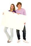 Paare, die unbelegtes Zeichen anhalten Stockfotografie
