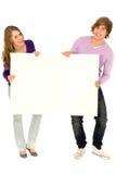 Paare, die unbelegtes Zeichen anhalten Lizenzfreie Stockbilder