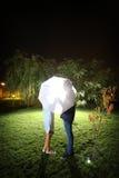 Paare, die unter dem Regenschirm küssen Stockfotos