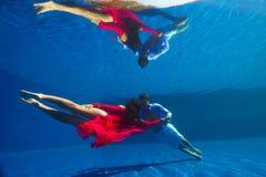 Paare, die unter Wasser schwimmen Lizenzfreie Stockfotos