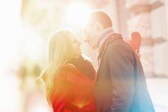 Paare, die Valentinsgrußtag feiern stockbild
