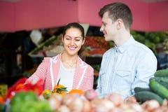 Paare, die Veggies und Früchte wählen Stockbild