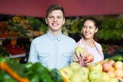 Paare, die Veggies und Früchte wählen Lizenzfreies Stockfoto
