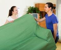 Paare, die Verlegung von Möbeln tun Stockfoto