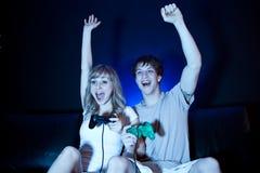 Paare, die Videospiele spielen Stockfotos