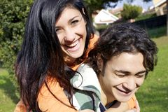 Paare, die viel Spaß habend lachen Lizenzfreie Stockfotos