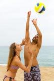 Paare, die Volleyball spielen Stockfotos