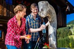 Paare, die vom Wandern in der Berghütte stillstehen Lizenzfreie Stockfotos