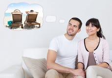 Paare, die von den Ausgaben-Ferien auf Strand träumen lizenzfreies stockfoto