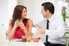 Paare, die vor Arbeit frühstücken Stockfotografie