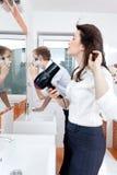 Paare, die vor dem Spiegel sich vorbereiten Lizenzfreie Stockbilder