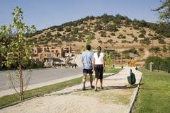 Paare, die in Vorstadtentwicklung gehen stockfoto