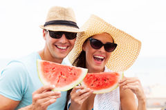 Paare, die Wassermelone halten Stockbild