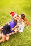 Paare, die Weihnachten feiern Lizenzfreie Stockbilder