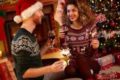 Paare, die Weihnachten feiern Lizenzfreie Stockfotos