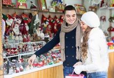 Paare, die Weihnachtsdekoration wählen Stockbilder