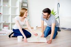 Paare, die Wohnung erneuern stockbild