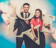 Paare, die Wort LIEBE halten Lizenzfreie Stockfotos