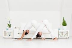 Paare, die Yoga tun Lizenzfreies Stockfoto