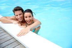 Paare, die Zeit schwimmend genießen Lizenzfreie Stockfotos