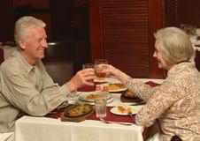Paare, die zu Abend essen Lizenzfreie Stockfotos