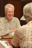 Paare, die zu Abend essen lizenzfreie stockbilder