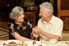 Paare, die zu Abend essen lizenzfreie stockfotografie