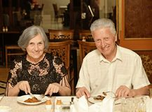 Paare, die zu Abend essen Stockbilder