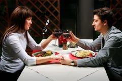 Paare, die zu Abend essen stockbild