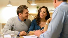 Paare, die zu einem Berater sich besprechen stock footage