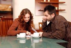 Paare, die zu Hause arbeiten Stockfotos