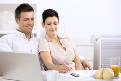 Paare, die zu Hause arbeiten Stockfotografie