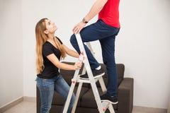 Paare, die zu Hause eine Lampe reparieren stockfotografie
