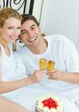 Paare, die zu Hause feiern Stockfotografie