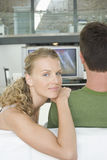 Paare, die zu Hause Fernsehen Lizenzfreie Stockfotografie