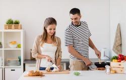Paare, die zu Hause Küche des Lebensmittels kochen stockbild