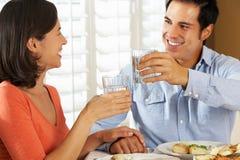 Paare, die zu Hause Mahlzeit genießen Stockfotografie