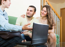 Paare, die zu Hause mit Sozialarbeiter sprechen Stockbild