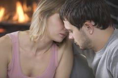 Paare, die zu Hause sitzen Stockfotografie