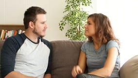 Paare, die zu Hause sprechen stock footage