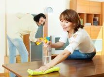 Paare, die zu Hause Staub abwischen Lizenzfreies Stockfoto