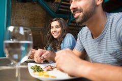Paare, die zu Mittag essen lizenzfreie stockfotos