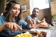 Paare, die zu Mittag essen Lizenzfreies Stockfoto