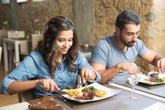 Paare, die zu Mittag essen Stockbild