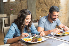 Paare, die zu Mittag essen Stockfotos