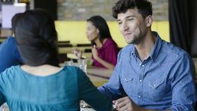 Paare, die zu Mittag essen stock video footage