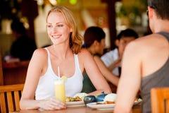 Paare, die zu Mittag essen Lizenzfreie Stockfotografie