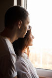 Paare, die zum Fenster schauen lizenzfreie stockfotos