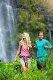 Paare, die zum Wasserfall wandern Stockfotos