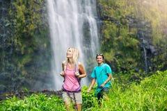 Paare, die zum Wasserfall wandern Lizenzfreie Stockbilder